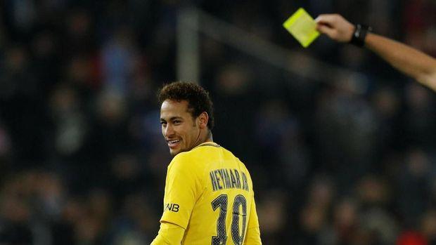 Neymar memberi Ariana kostum timnas Brasil lengkap dengan nama dan tanda tangannya.