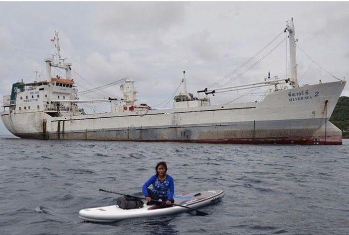Menteri Kelautan dan Perikanan (KKP) Susi Pudjiastuti melakukan paddling di depan kapal Silver Sea 2, di Sabang, Nanggroë Aceh Darussalam (NAD). Kapal tersebut merupakan hasil tangkapan TNI AL dan Satgas 115 di Perairan Sabang.