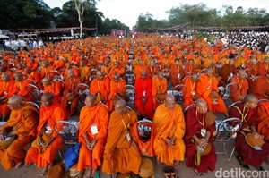 Foto: Krisis Politik Kamboja, Ribuan Biksu Penuhi Lapangan Siem Reap