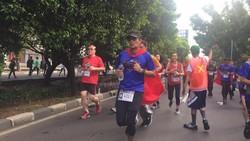 Wakil Gubernur DKI Sandiaga Uno ikut lari, sepertinya sudah sangat biasa. Tapi lari dengan sayap Superman, mungkin baru pertama bagi Super Sandi.