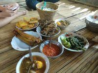 Hilangkan Jenuh dengan Makan Bersama di Restoran Berinterior Alam Ini