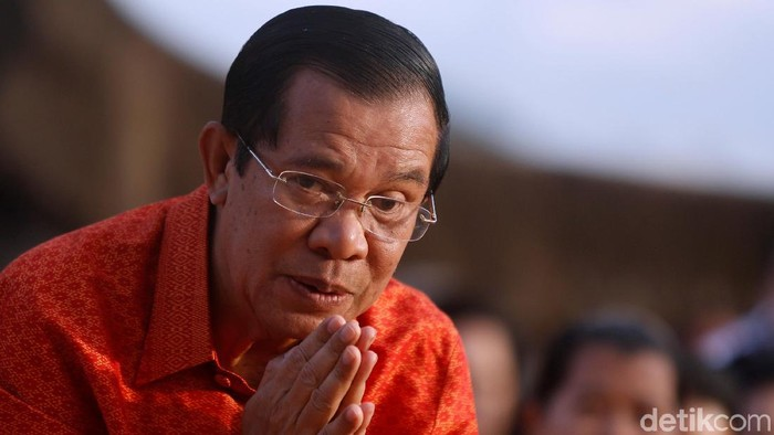 Cambodias Prime Minister Hun Sen greets as he holds a ceremony at the Angkor Wat temple to pray for peace and stability in Cambodia, in Siem Reap province, Cambodia December 3, 2017. REUTERS/Samrang Pring