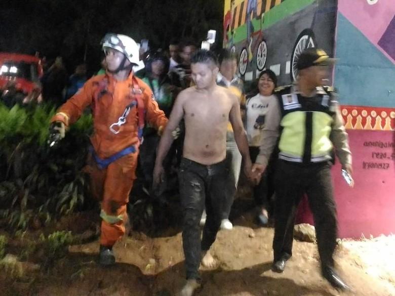 Pria yang Panjat Kolong JLNT Casablanca Berhasil Dievakuasi