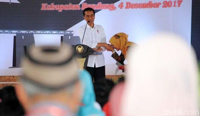10 ribu sertifikat tanah diberikan Presiden Joko Widodo (Jokowi) kepada warga Jawa Barat. di Kabupaten Bandung.