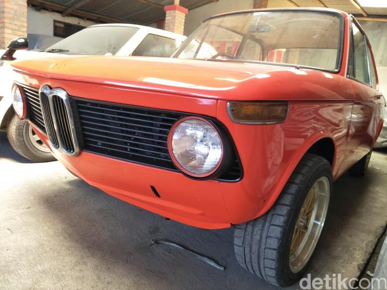 Koleksi mobil klasik di garasi Kedai Built Up. Foto: Ruly Kurniawan