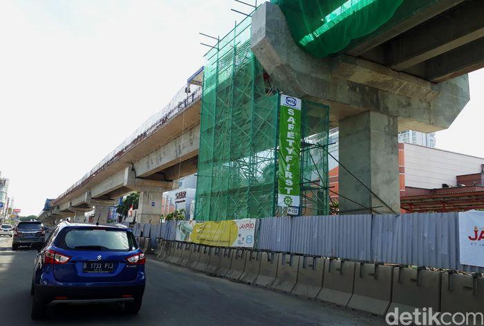 Saat ini proyek yang berlokasi di kawasan Kelapa Gading, Jakarta Utara, itu masih terus dikerjakan.