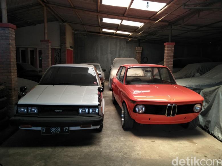 Dinamakan Kedai Built Up, Helmy sang pemilik mempunyai 25 unit lebih mobil bergaya tersebut dari berbagai merek dan tipe di garasinya.