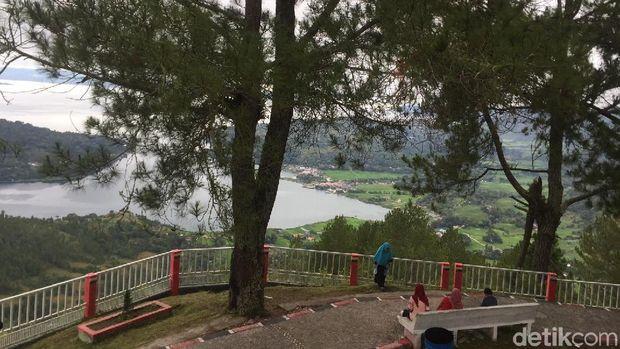 Traveler yang asyik santai sambil menikmati Danau Toba