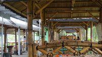 Saung-saung bambu yang di bawahnya terdapat kolam ikan yang mengesankan suasana kampung yang kental.