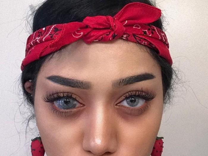Sonia Leslie adalah seorang youtuber fesyen yang sering memberikan tutorial berdandan. Satu hal mencolok dari Sonia adalah salah satu iris matanya yang terlihat lebih besar dari normal. (Foto: Instagram/sonialeslie)