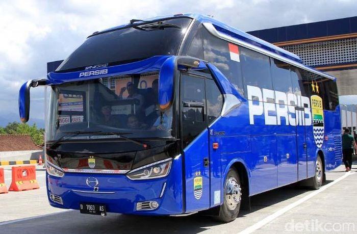 Usai menekan tombol sirine, Jokowi beserta rombongan menyusuri Tol Soroja menggunakan bus Persib.