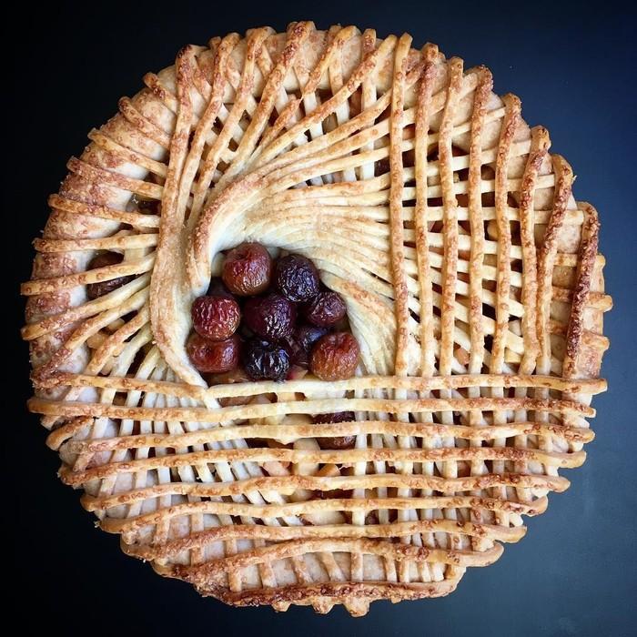 Ko mengaku hanya menggunakan alat sederhana untuk membuat pie-nya. Kali ini ia membuat pie edisi Natal dengan pola adonan pie bersilang di bagian atasnya. Foto: Lauren Ko