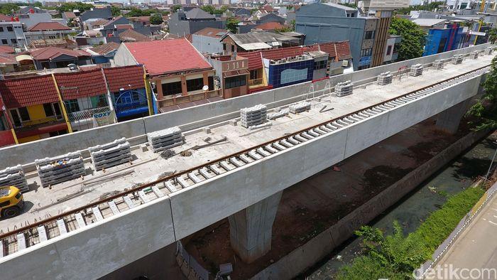 Proyek kereta ringan atau Light Rail Transit (LRT) yang menyambungkan Kelapa Gading dan Velodrome sepanjang 5,8 km masih terus dikerjakan. Saat ini, beberapa jalur layang kereta juga sudah mulai dipasangi rel.