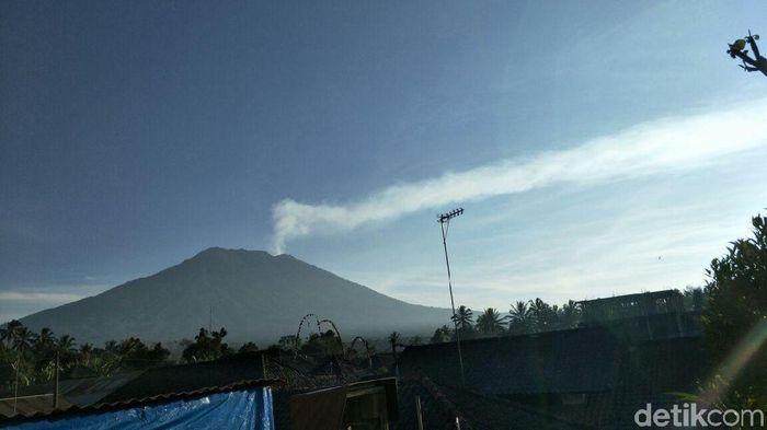Foto: Penampakan Gunung Agung pagi ini (@Sutopo_BNPB/Twitter)