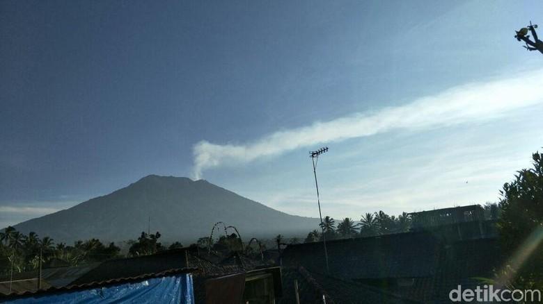 Foto: Penampakan Gunung Agung (@Sutopo_BNPB/Twitter)