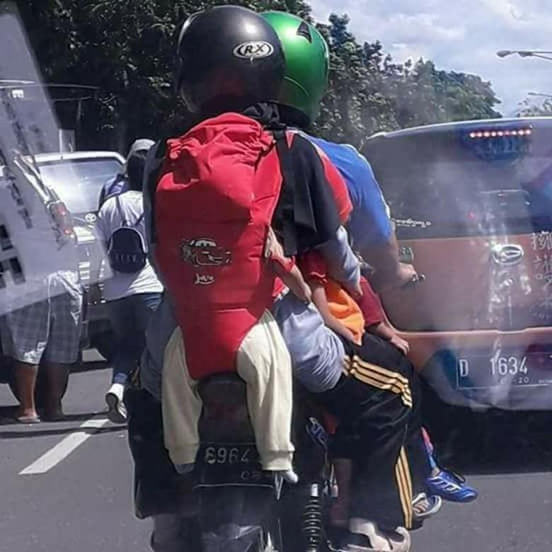 Viral Foto Emak-emak Naik Motor dan Gendong Bayi di Belakang. Foto: Facebook