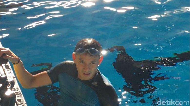 Cek Kolam Akuatik GBK, Sandiaga Langsung Berenang
