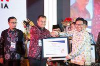 Wali Kota Pangkalpinang M Irwansyah menerima penghargaan dari Ombudsman.