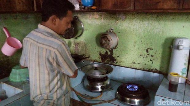 Warga memasak menggunakan gas elpiji