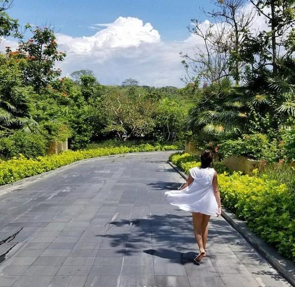 Nusa Dua sendiri cukup jauh dari Gunung Agung, jaraknya sekitar 60 km. Millie pun tetap santai dan merasa aman selama liburan di Bali (milliebobbybrown/Instagram)