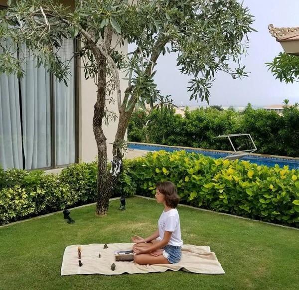 Awalnya Millie akan menginap selama 4 hari saja di Nusa Dua Bali. Namun akhirnya diperpanjang menjadi 10 hari, karena erupsi Gunung Agung dan penutupan bandara (milliebobbybrown/Instagram)