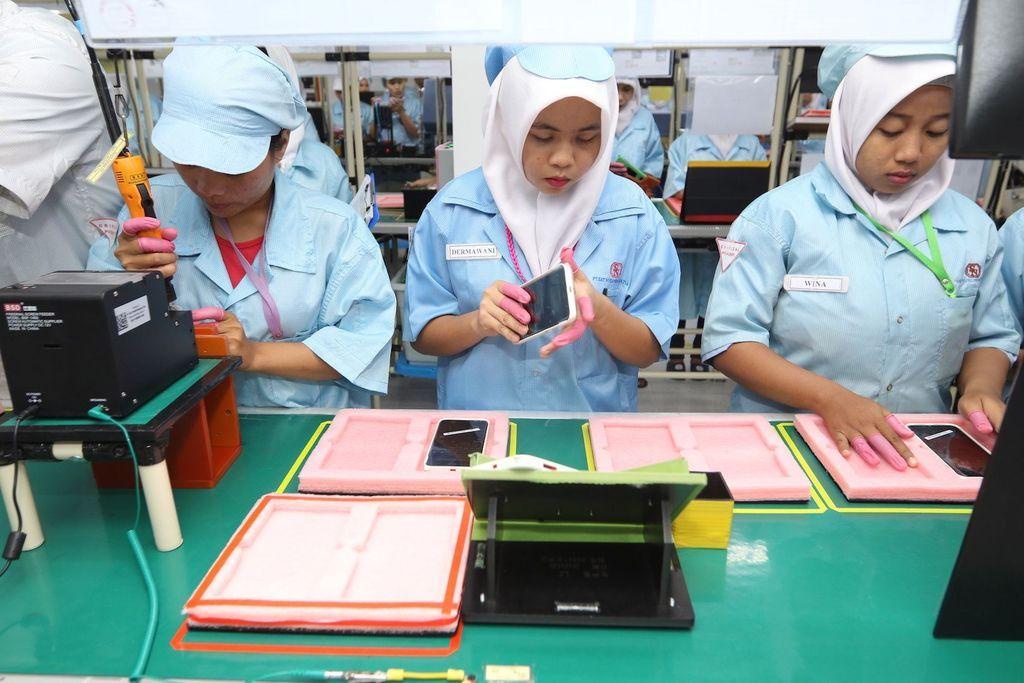 Di tiap-tiap line tercatat ada sekitar 48 proses yang harus dilalui dari mulai ponsel Xiaomi berbentuk komponen-komponen kecil, sampai berbentuk ponsel utuh dalam kemasan dan siap dikirimkan. Foto: Xiaomi