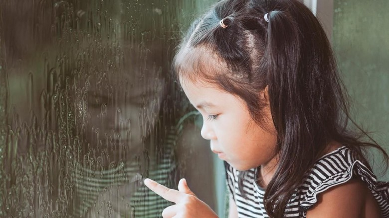 ilustrasi anak sedih saat ibunya sibuk main HP/ Foto: Thinkstock
