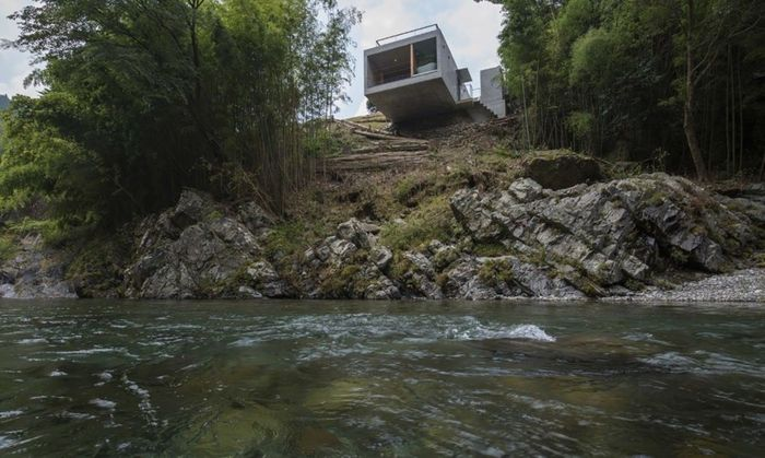Begini penampakan rumah yang menjorok dari sisi bukit di atas sebuah sungai di Jepang. Istimewa/Inhabitat.