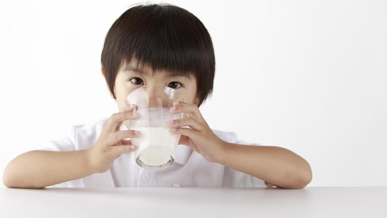 Ilustrasi anak minum susu/ Foto: Thinkstock