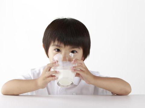 Ilustrasi anak minum susu/