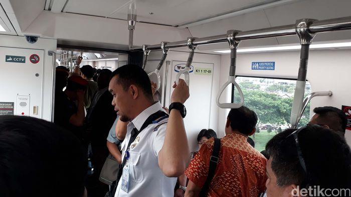 Di tahap awal operasionalnya, skytrain baru tersedia 1 armada dengan 2 gerbong yang dapat ditumpangi dari rencana tiga trainset nantinya. Saat memasuki kereta, kursi-kursi penumpang ditata di bagian samping kiri dan kanan.