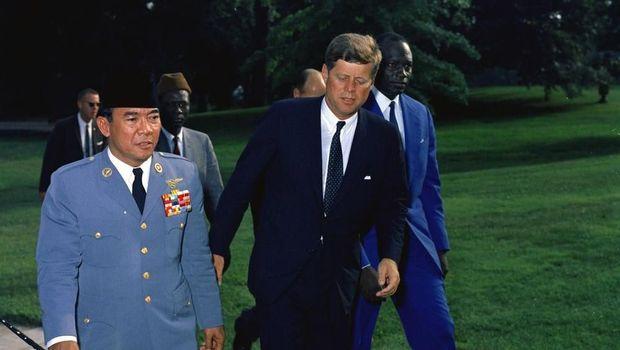Kisah Bung Karno dan Capung Besi dan Kennedy