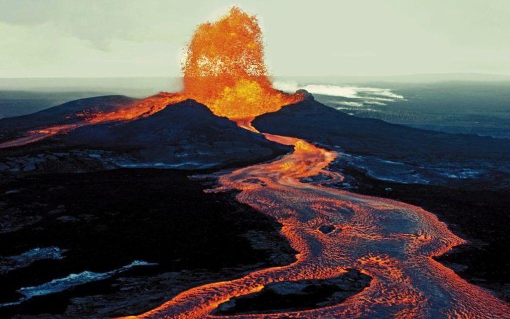 Foto keren namun mengerikan, penampakan muntahan lahar api dari gunung Mauna Loa di Hawaii. Gunung ini terakhir meletus pada tahun 1984.(Foto: Internet)