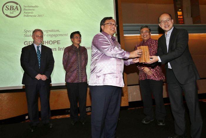 Bambang Brodjonegoro menyerahkan Sustainable Business Awards Indonesia 2017.