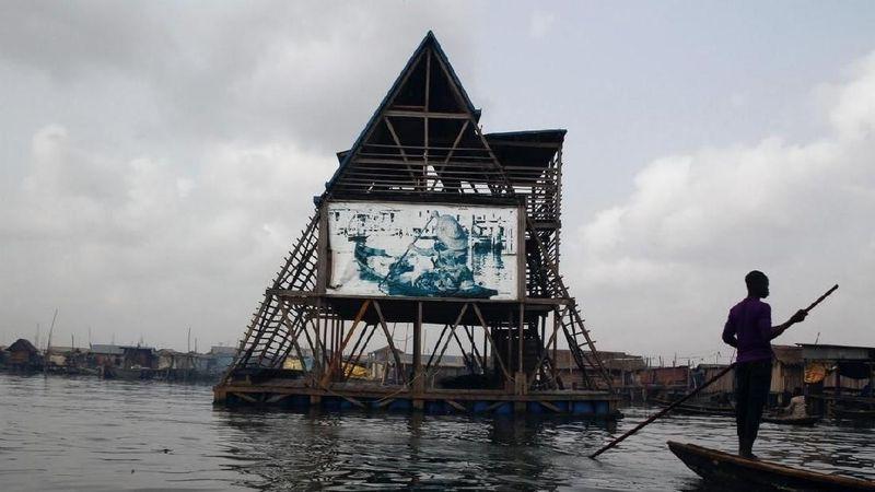 Sekolah terapung ini dirancang khusus oleh arsitek Nigeria bernama Kunle Adeyemi. Adeyemi membuat sekolah terapung dari kayu dan tong sampah plastik yang didaur ulang. Bentuknya tak kalah unik, segitiga. (Akintunde Akinleye/Reuters)