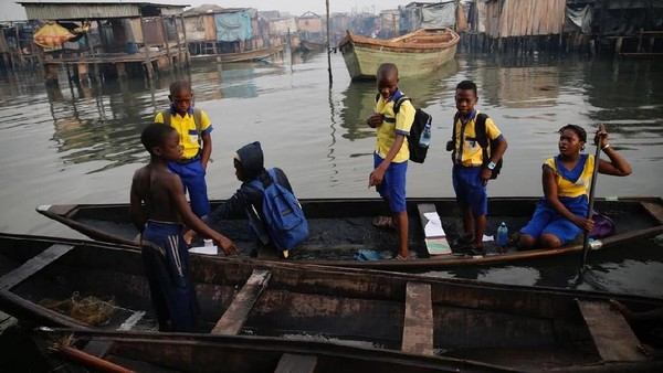 Tiap pagi, anak-anak ini akan berlayar menggunakan perahu untuk sampai di sekolah. (Akintunde Akinleye/Reuters)