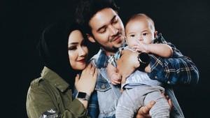 Potret Harmonis Keluarga Aryani Fitriana dan Donny Michael