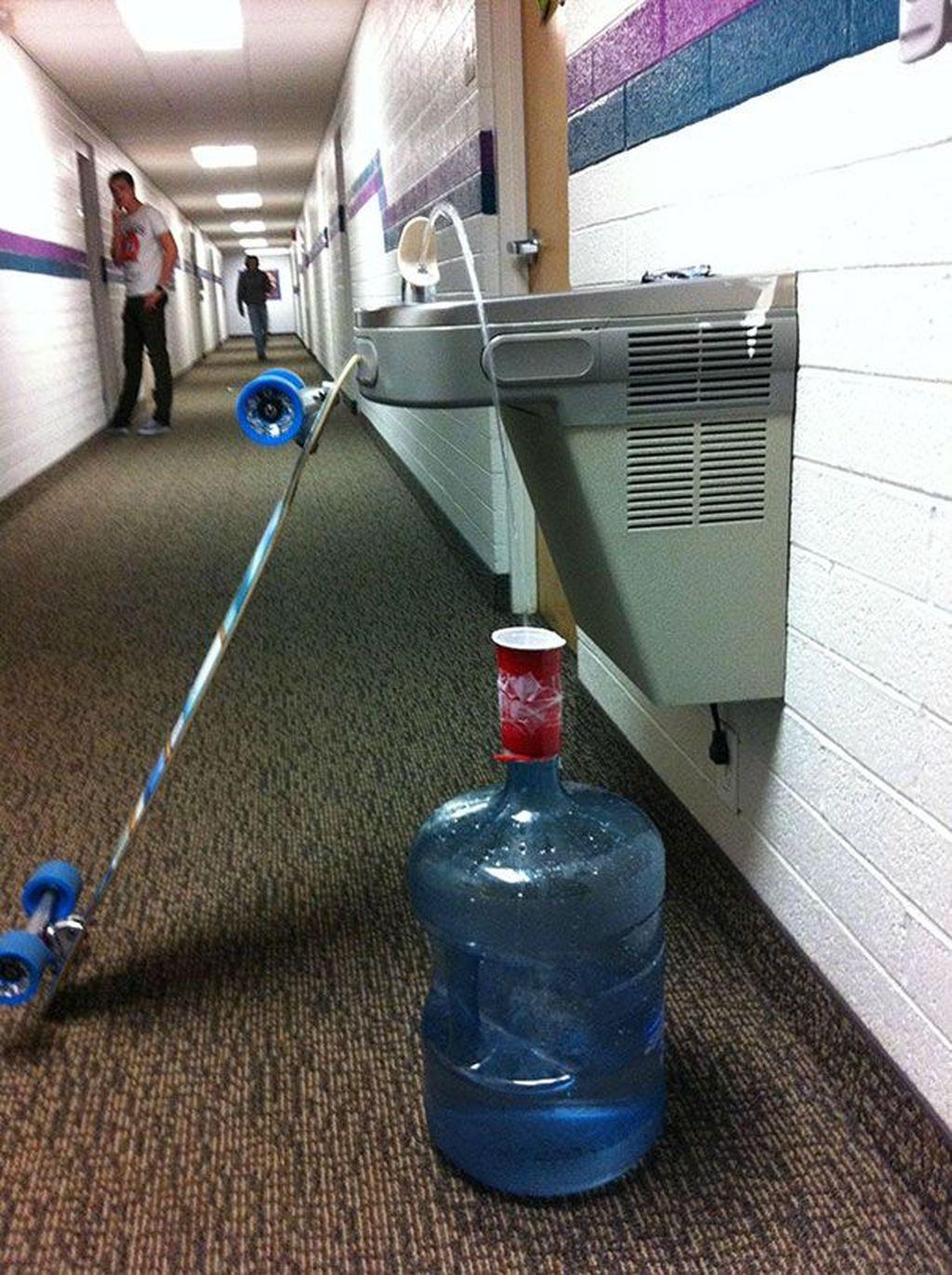 DI luar negeri, air keran bisa diminum gratis. Buat menghemat, mahasiswa ini mengangkut air banyak dalam galon. Foto: boredpanda