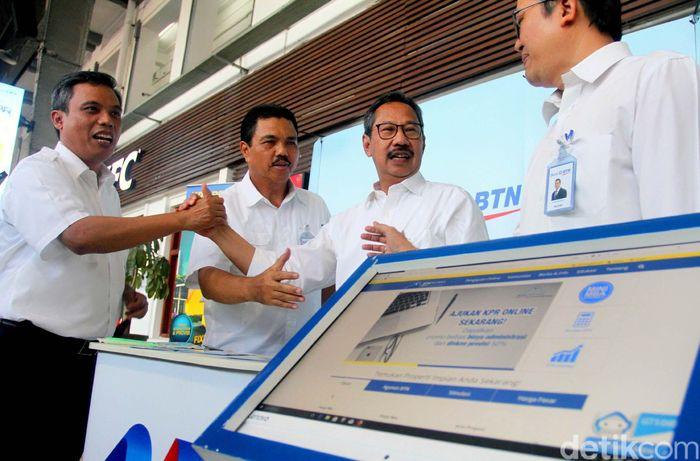 Direksi Bank BTN Nixon LP Napitupulu, Adi Setianto, R Mahelan Prabantariksa dan Budi Satria meninjau both KPR yang disiapkan BTN di stasiun kereta api Jakarta Kota.