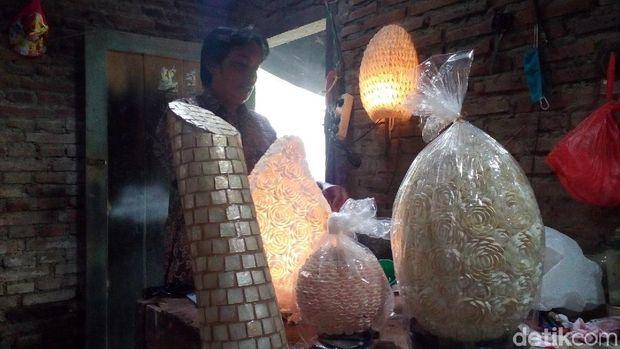 Berbagai produk kerajinan dari kerang