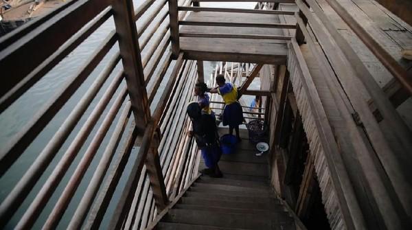 Walaupun terapung, bangunan sekolah ini memiliki desain tahan badai dan banjir. Cuaca ini kerap kali menerjang Makoko jika musim hujan tiba. (Akintunde Akinleye/Reuters)