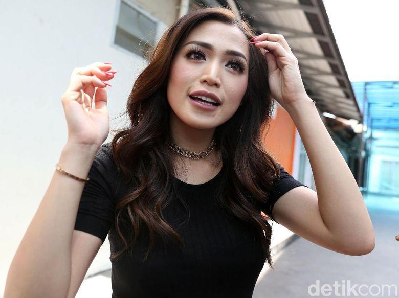 Jessica Iskandar Dapat Hadiah Bunga Ani Tabloidbintang Com