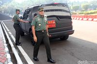 Jenderal Gatot Nurmantyo dengan mobil jip Range Rover Discovery.