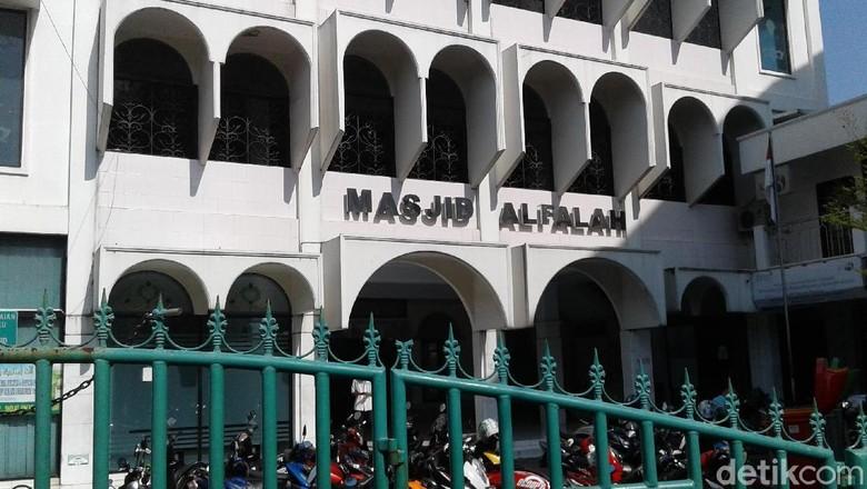 Kronologi Pria Berbaju Loreng Bobol Kotak Amal Masjid di Mampang