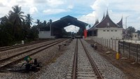 Jalur kereta ini direncanakan beroperasi tahun depan. Jalur KA BIM membentang sepanjang 22 KM yang melewati (4 stasiun) dari Stasiun Padang hingga Stasiun Bandara Internasional Minangkabau (BIM). Foto: Dok. Ditjen Perkeretaapian Kemenhub