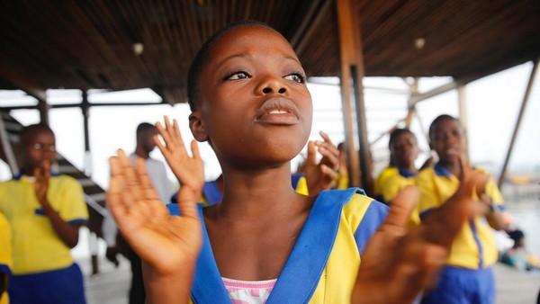 Sebelum memulai pelajaran, murid perempuan akan bernyanyi terlebih dahulu. (Akintunde Akinleye/Reuters)