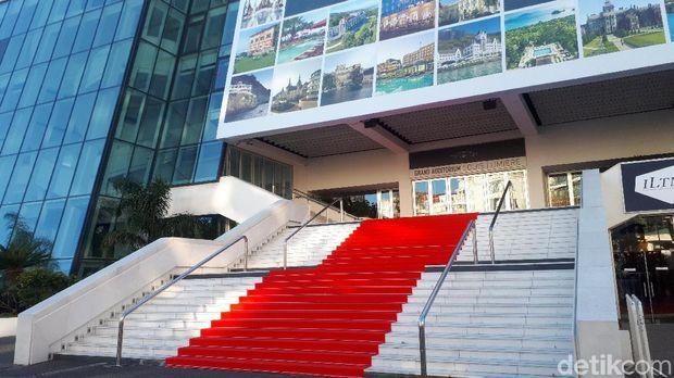 Tangga yang akan ditutupi karpet merah saat selebriti dunia datang di Cannes Film Festival (Afif Farhan/detikTravel)