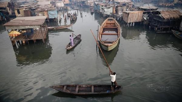 Sebuah desa nelayan di Nigeria bernama Makoko. Desa nelayan ini sudah ada sejak ratusan tahun lalu. Masih berada digaris kemiskinan, sebuah oragnisasi Non profit bernama Aid menawarkan pendidikan gratis kepada anak-anak di desa tersebut. (Akintunde Akinleye/Reuters)