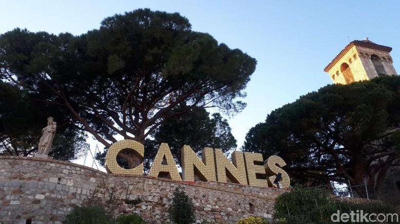 Tulisan Cannes yang terlihat di atas Kastil Cannes (Afif Farhan/detikTravel)