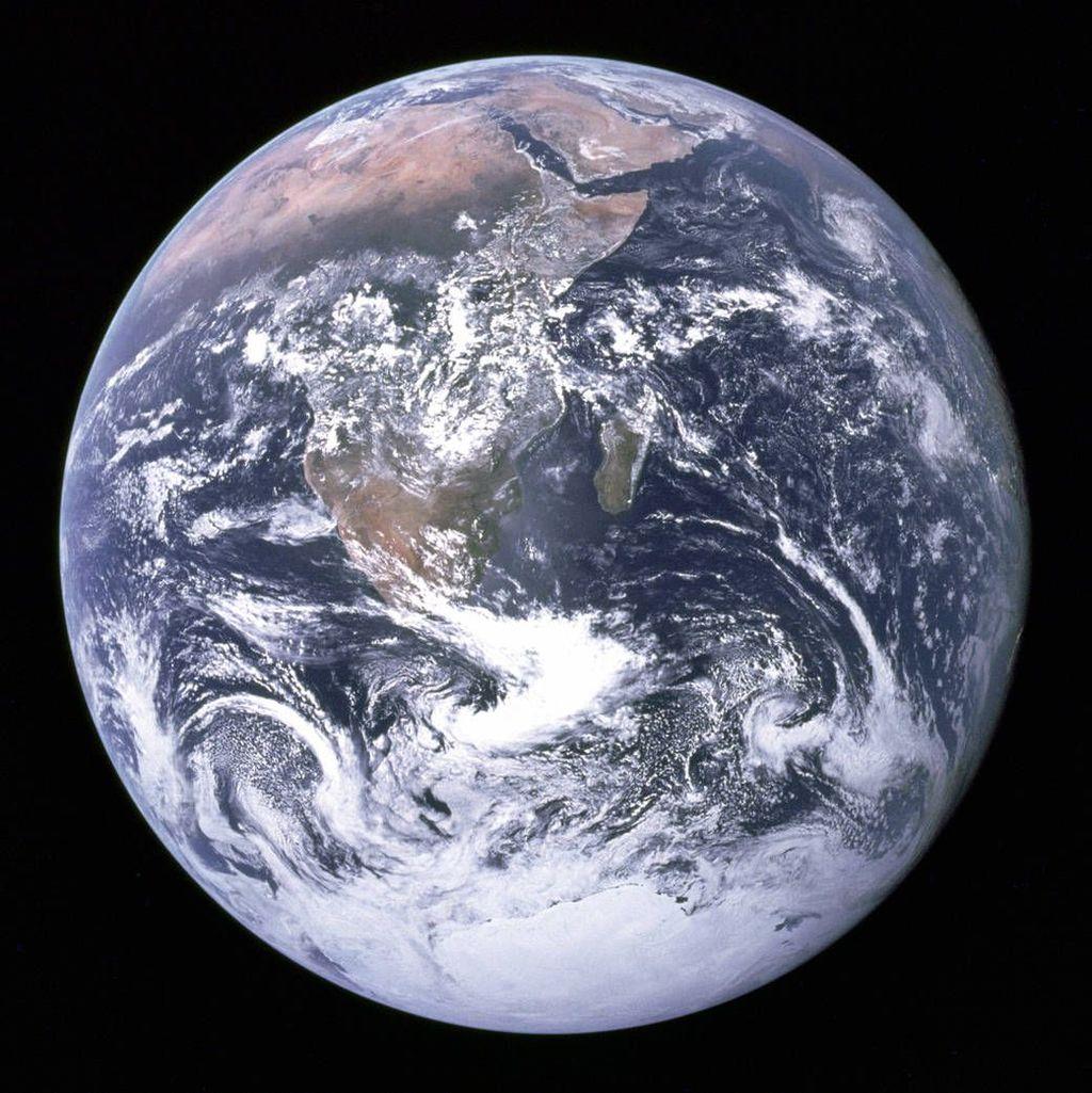 Astronot Eugene A. Cernan,Ronald E. Evans danHarrison H. Schmitt yang jadi kru Apollo 17 menangkap gambar bumi spektakuler ini pada 7 Desember 1972. Itu adalah pertama kalinya astronot merekam es di Kutub Selatan. Dan terlihat juga hampir seluruh wilayah pantai Afrika dan semenanjung Arab. Foto: NASA
